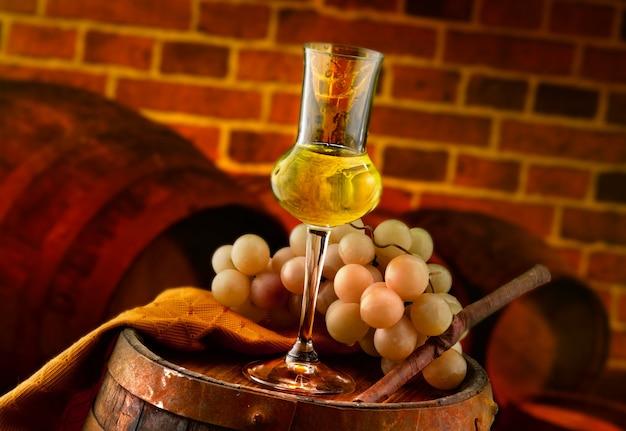 Bicchiere di grappa in una cantina