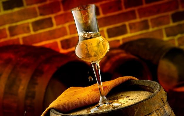 Bicchiere di grappa in cantina