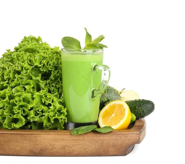 Bicchiere di succo verde sano con ingredienti