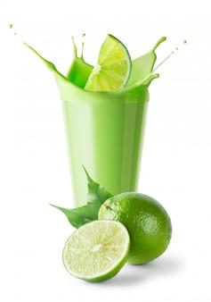 Bicchiere di frullato verde con lime e splash