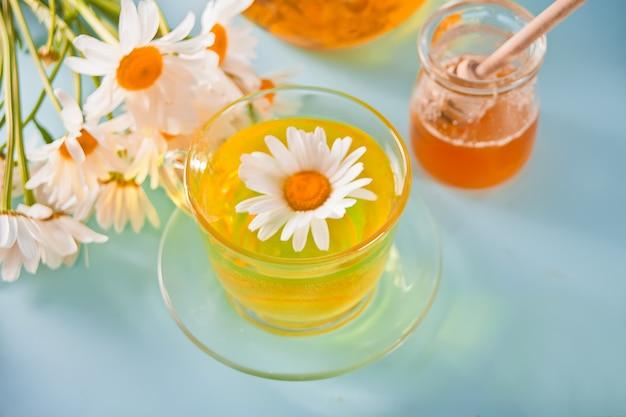 Bicchiere di salutare tisana alla camomilla naturopatia. matricaria chamomilla.