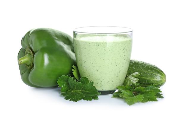 Bicchiere di frullato sano con cetriolo e peperone sulla superficie bianca