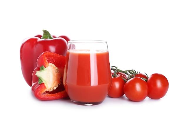 Bicchiere di frullato sano con pomodoro e peperone su superficie bianca