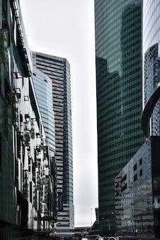 Grattacieli di vetro nel quartiere degli affari, giungla di vetro