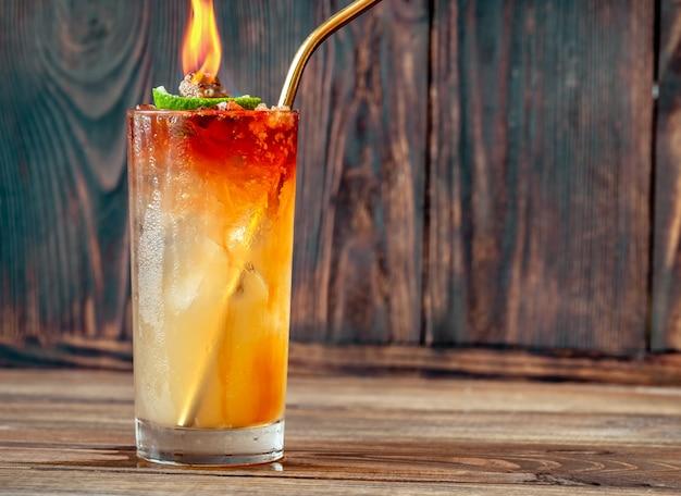 Bicchiere di acqua santa cocktail sulla superficie in legno