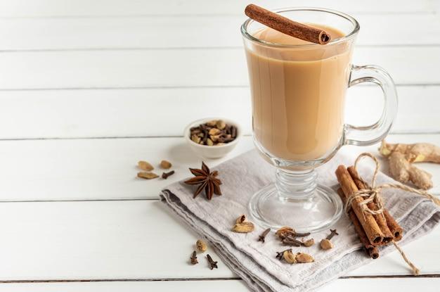 Un bicchiere di tè caldo indiano masala preparato con spezie aromatiche e latte