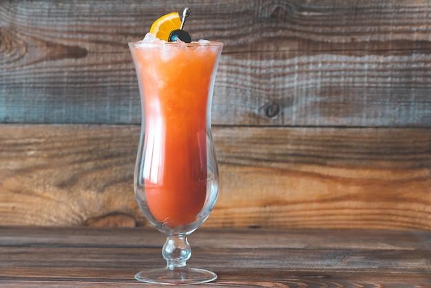 Bicchiere di hurricane cocktail sulla tavola di legno
