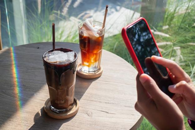 Bicchiere di cubetti di ghiaccio e caffè fresco, foto di scorta
