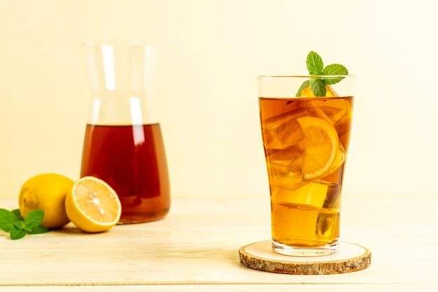 Bicchiere di tè freddo al limone con menta