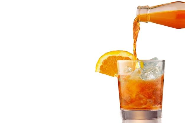 Bicchiere di cocktail spritz aperol freddo ghiacciato decorato con fettine di arancia. aperitivo, preparazione del cocktail