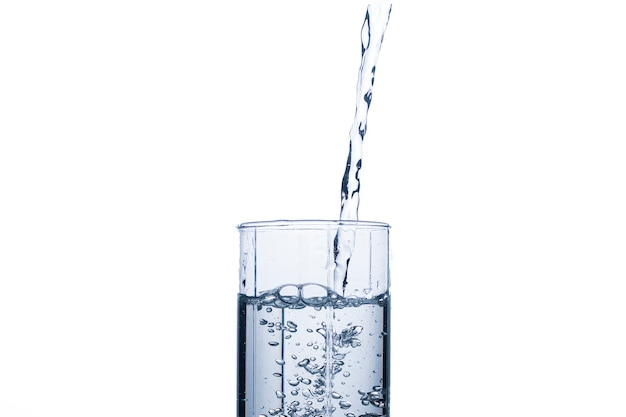 Il vetro si sta riempiendo di un flusso di acqua pulita e rinfrescante.