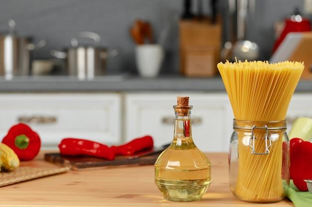 Vasetto di vetro di pasta secca sul bancone della cucina