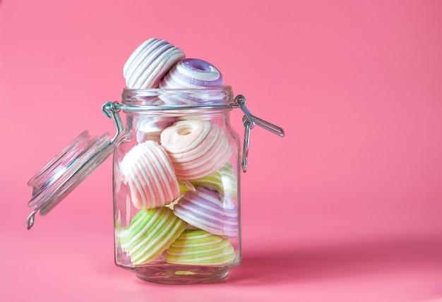 Barattolo di vetro pieno fino all'orlo di marshmallow multicolori.