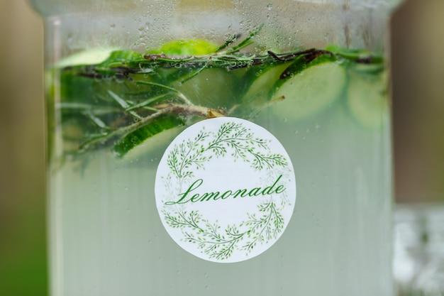 Vaso di vetro di limonata verde fresca