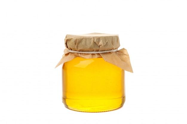 Vasetto di vetro di miele isolato su sfondo bianco