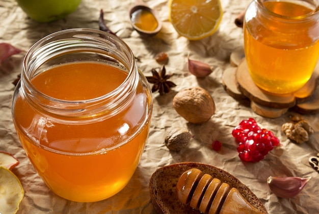 Barattolo di vetro di miele su fondo di carta