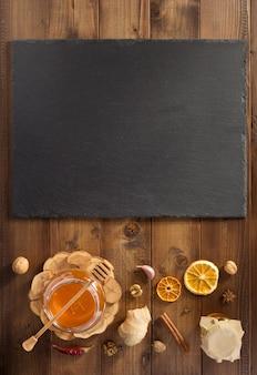 Barattolo di vetro di miele su fondo di legno