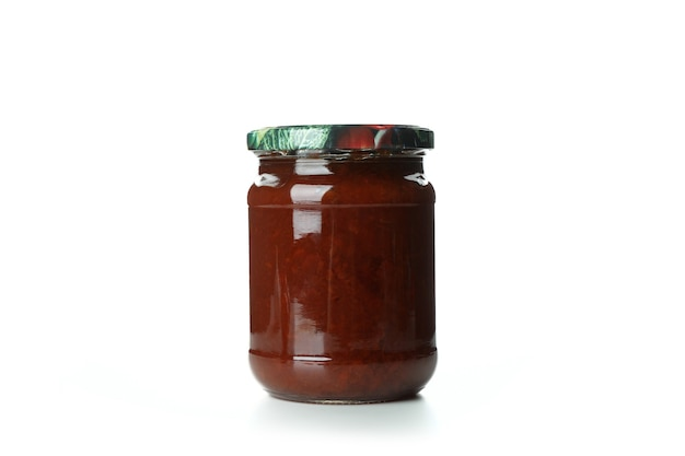 Vaso di vetro di marmellata di mele cotogne isolato su bianco