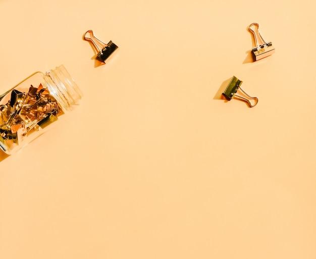 Vaso di vetro con graffette.