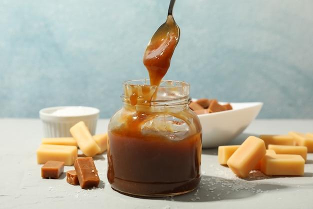 Vaso di vetro con caramello salato e spazio di caramelle per il testo