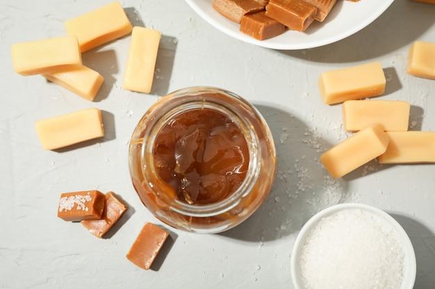 Vaso di vetro con caramello salato e vista dall'alto di caramelle