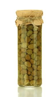 Vaso di vetro con capperi in scatola isolati su bianco
