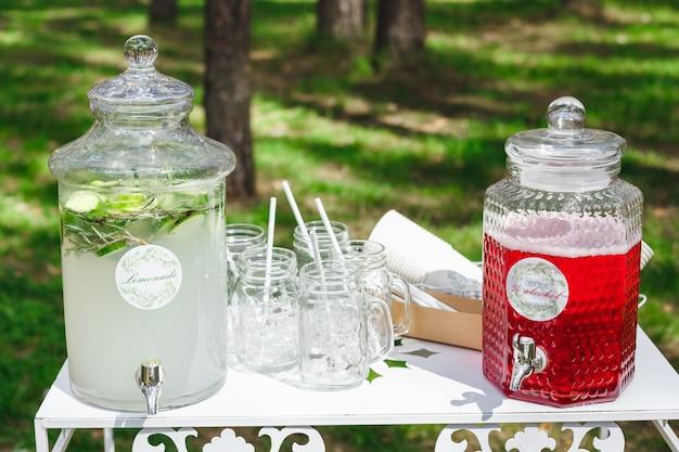 Barattoli di vetro di limonata fresca sulla barretta di cioccolato di nozze