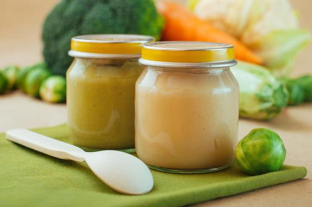 Vasetti di vetro con purea di verdure naturali Foto Premium