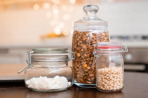 Barattoli di vetro con noci in cucina