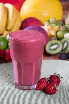 Bicchiere di succo con frutta fresca per l'estate