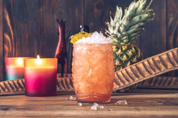 Bicchiere di cocktail jungle bird guarnito con fetta di ananas
