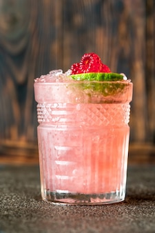 Bicchiere di cocktail knickerbocker a base di rum, succo di lime, arancia curacao e sciroppo di lamponi