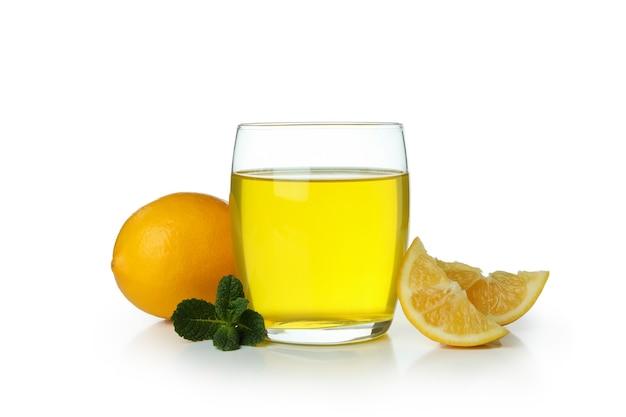 Bicchiere di gelatina di limone, fette di limone e menta isolato su priorità bassa bianca