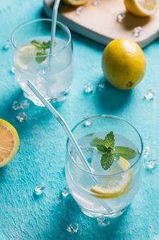 Bicchiere di limonata accanto ai limoni
