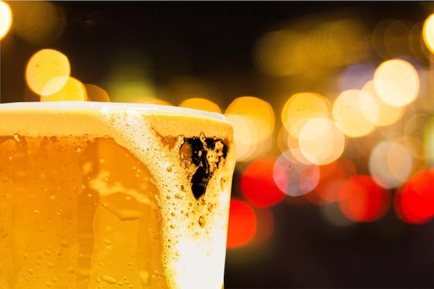 Bicchiere di birra chiara sullo sfondo