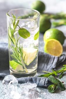 Bicchiere di acqua di calce con erbe