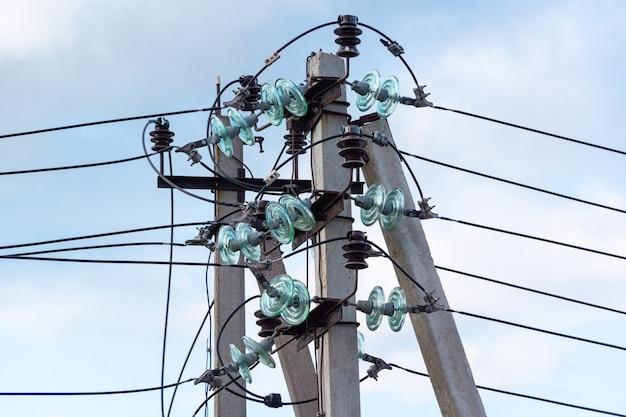 Isolatori lineari in vetro su supporto di linea elettrica in calcestruzzo