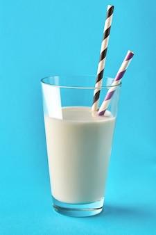 Bicchiere di latte sullo sfondo blu