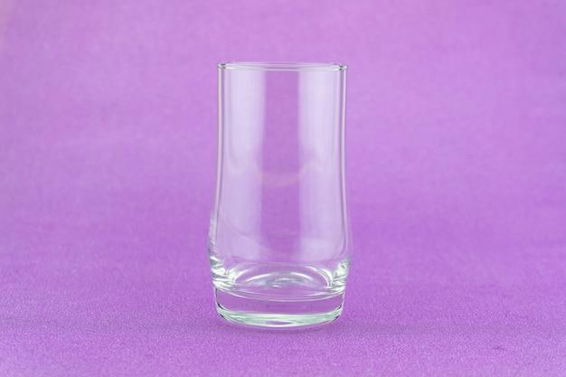 Bicchiere di latte su sfondo colorato copia spazio