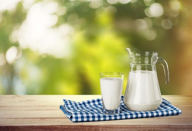 Bicchiere di latte e barattolo sullo sfondo