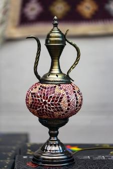 Lampada da tavolo in mosaico di vetro a forma di bollitore. arredamento interno islamico o arabo