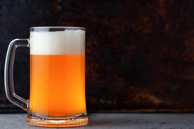 Boccale di vetro di birra non filtrata di grano su uno spazio di copia di sfondo arrugginito