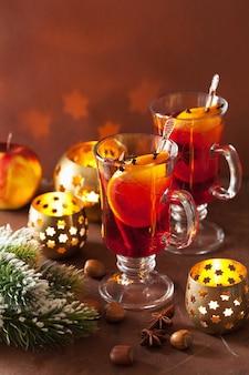Bicchiere di vin brulè con arancia e spezie, decorazione natalizia
