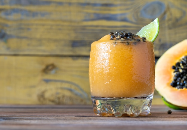Glass of papaya caliente - cocktail fruttato al rum con frutta fresca di papaya papa