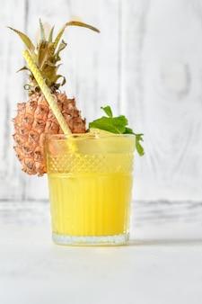 Bicchiere di ananas tiki stile cocktail su sfondo bianco