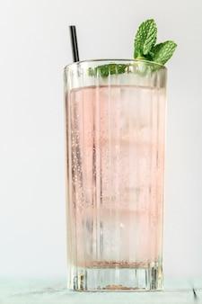 Bicchiere di gin rosa e cocktail tonic