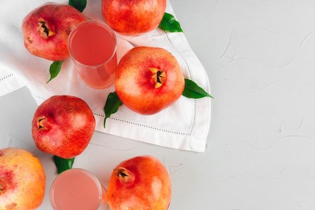 Bicchiere di succo di melograno e frutta su un tavolo