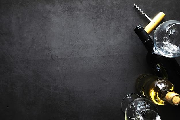 Un bicchiere di vino rosso secco sul tavolo. bottiglia scura e bicchiere di vino.