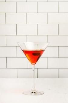 Un bicchiere di vermouth rosso su un tavolo di marmo