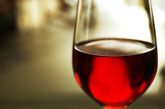 Bicchiere di vino rosso su sfondo sfocato